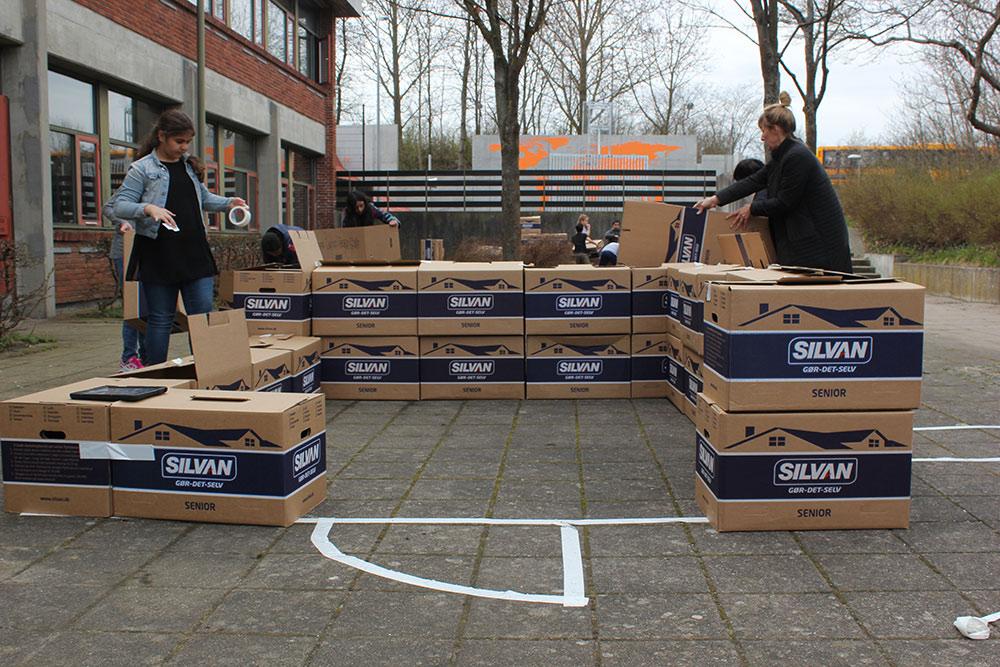Unge bygger midlertidige prototyper med SILVAN flyttekasser