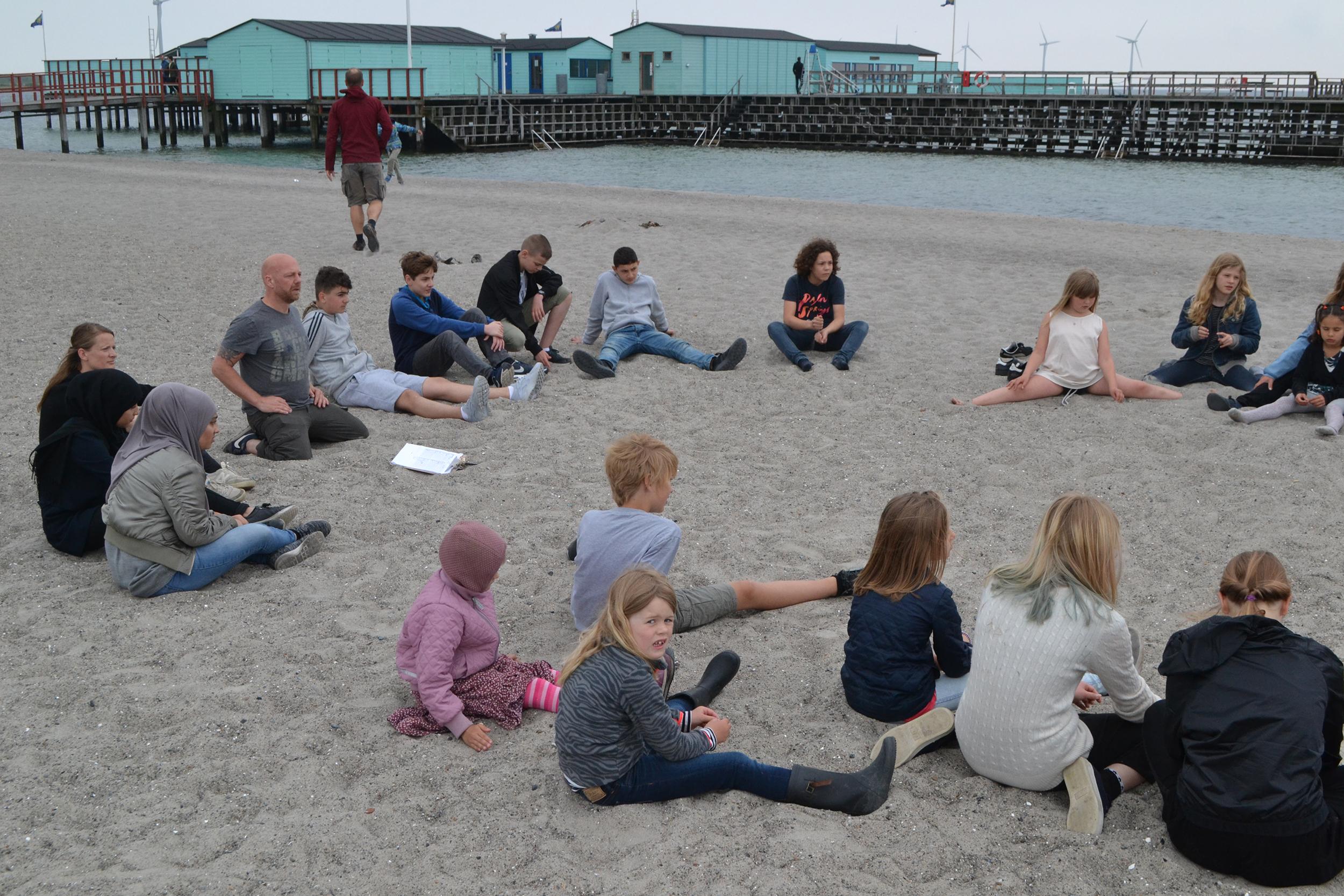 Den Grønne Friskole viser elever fra Nørrebro Park Skole hvordan skolecirkel bruges som pædagogisk værktøj når de har undervisning i Amager Strandpark