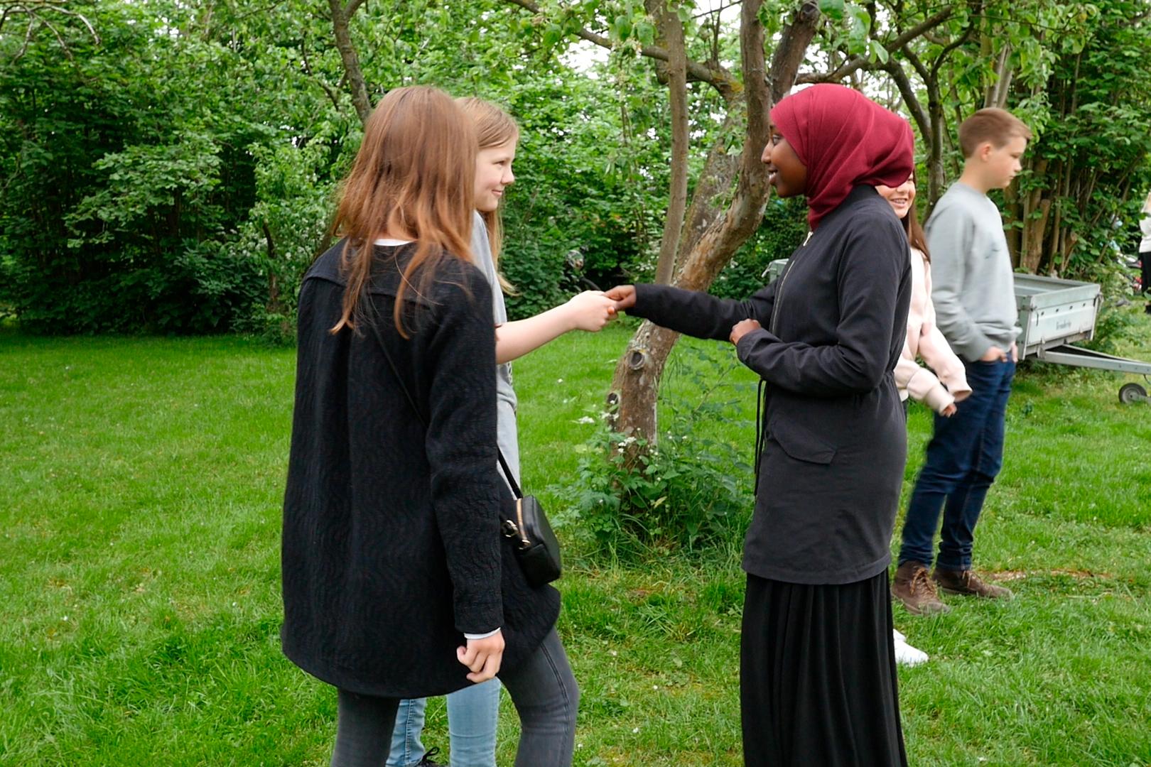 Elever fra Nørrebro Park Skole møder deres makker fra Den Grønne Friskole. Fotograf: Julie Blicher Trojaborg